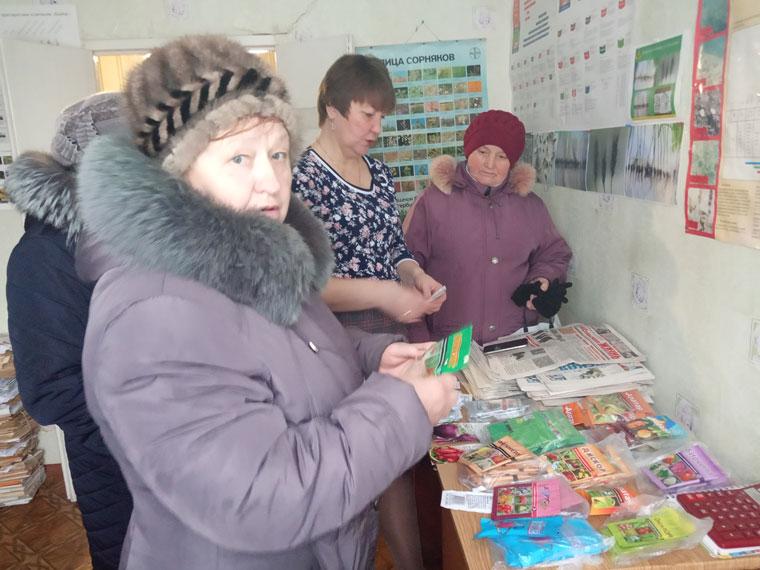 Начальник Тимского межрайонного отдела Т. А. Куракова консультирует местных жителей